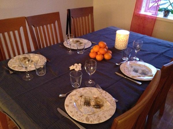 koselig bord en førjulssøndag. Menyen var skinke med mandelpoteter og glaserte grønnsaker. Philadelpiaiskake til dessert.