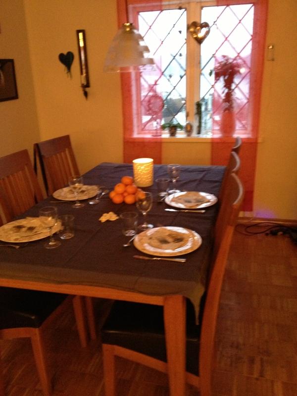 16.desember 2012, middagsbordet dekket og jeg venter besøk av Håvard og Oda
