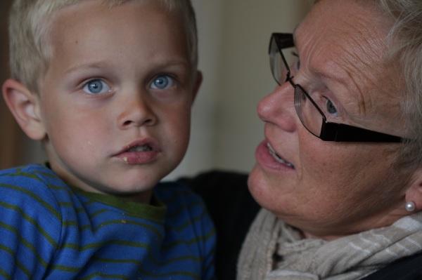 En liten venn som sier han er glad i bestemor!