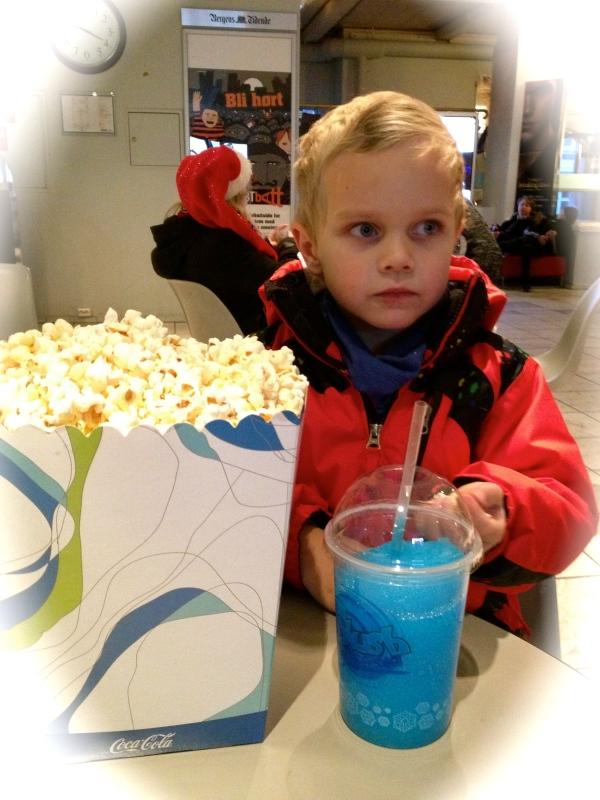 Endelig på kino, blå slush var helt nødvendig. Kjempestor popcorn også.